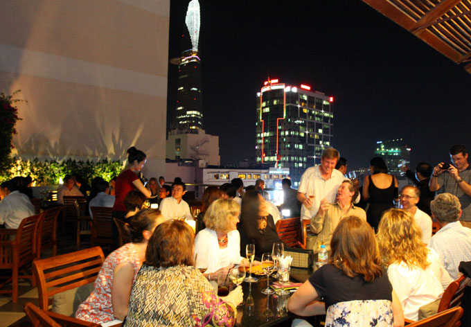 http://www.caravellehotel.com/content/user/8/images/2%20columns/680x472-Saigon-Saigon-Bar-02.jpg