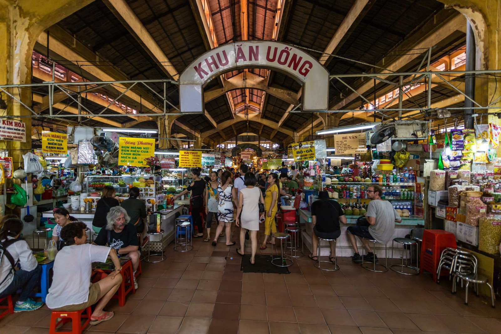 People in Ben Thanh market