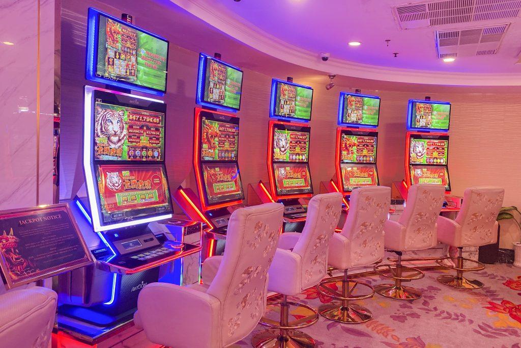 mighty-cash-slot-machine-in-Vegas-club-Caravelle-Saigon